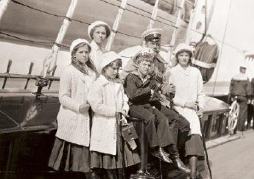 Николай II с детьми на яхте