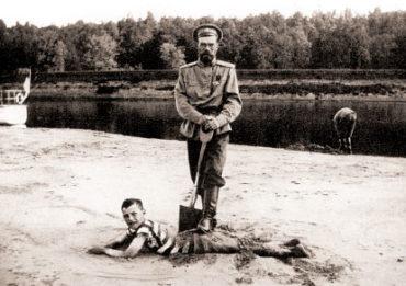 Николай II и Алексей на берегу Днепра